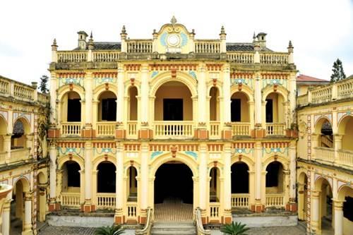 Tòa kiến trúc chính trong dinh vua Mèo Hoàng A Tưởng