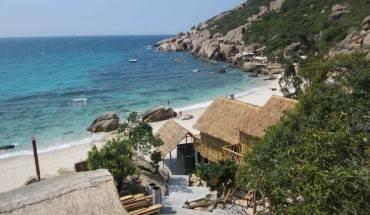 """Với vị trí đặc biệt nằm ngay sát biển, nhà nghỉ Bãi Nồm Bình Ba được nhiều khách du lịch yêu thích và tìm đến bởi kiến trúc nhà gỗ độc đáo, cùng tầm nhìn hướng biển đẹp có """"1-0-2"""" ở Bình Ba."""