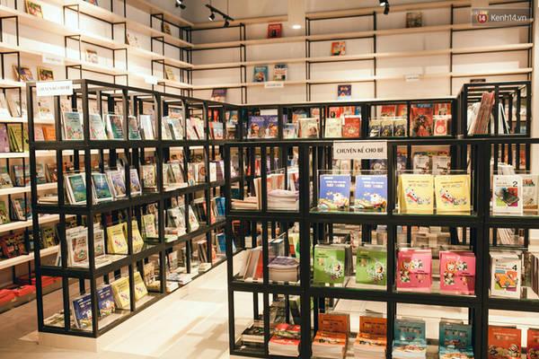 Rất nhiều thể loại sách và truyện khác nhau được trưng bày và bán tại đây.