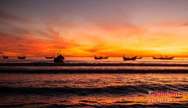 Vào mỗi buổi bình minh, du khách sẽ cảm nhận như có một Cửa Lò khác mỗi khi thuyền về. Bãi biển Cửa Lò là được xem một trong những bãi biển đẹp nhất miền Bắc. (Ảnh: Sách Nguyễn)