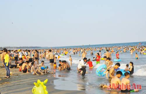 Ngày hè sôi động trên bãi biển Cửa Lò.