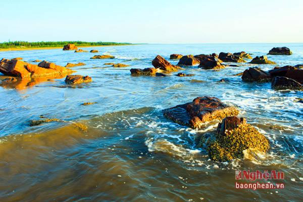 Biển Cửa Hiền nằm ở xã Diễn Trung (Diễn Châu) là nơi rất thích hợp cho những đôi uyên ương tìm không gian yên bình lưu giữ kỷ niệm đẹp. (Ảnh: Sách Nguyễn)