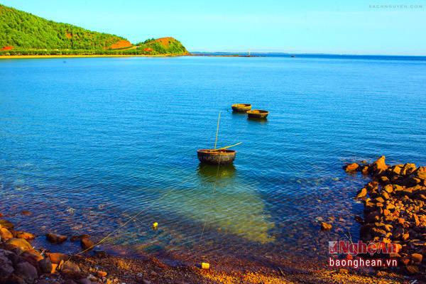 Bãi Lữ bắt nguồn từ tên gọi của ngọn Lữ Sơn án ngữ trên bờ biển thơ mộng này (Ảnh: Sách Nguyễn)