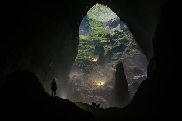 Quy mô khổng lồ của hang Sơn Đoòng khiến việc chinh phục nơi này không hễ dễ dàng, đòi hỏi du khách phải có thể lực tốt. Ảnh: Ryan Deboodt.