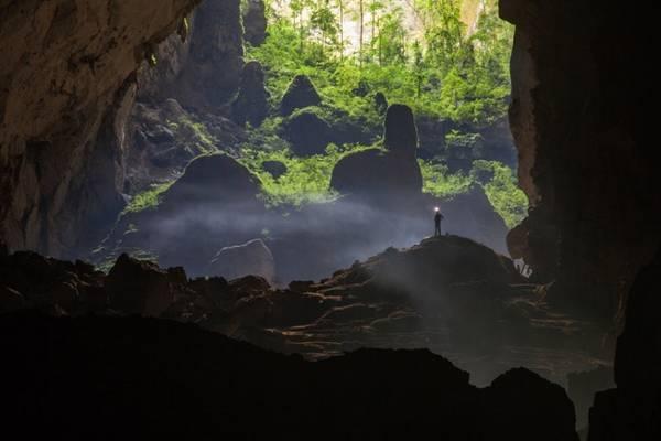 Với chiều dài gần 9 km, hang Sơn Đoòng giống như một thế giới khác lạ, với khí hậu, hệ sinh thái, động thực vật riêng. Ảnh: John Spies/Barcroft Media.