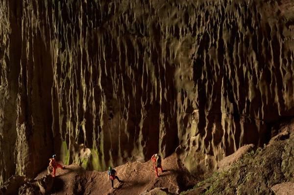Mảng thạch nhũ này giống như một thác nước hóa đá, với rong rêu bám đầy. Ảnh: Carsten Peter.