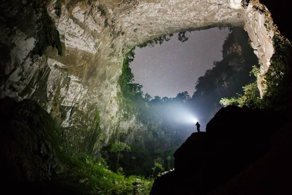 Các du khách nghỉ đêm ở gần hố sụt có thể chiêm ngưỡng bầu trời đầy sao trên không gian đẹp như trong một bộ phim về thời tiền sử. Ảnh: Ryan Deboodt.