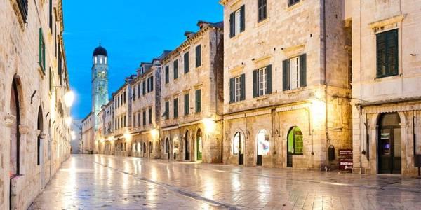Phố cổ ở Dubrovnik, Croatia: Toàn bộ khu vực phố cổ của Dubrovnik đều dành cho người đi bộ, cấm mọi phương tiện có động cơ. Du khách có thể thỏa thích đi dạo ở những con phố nổi tiếng như Stradun, tuyến đường mua sắm chính với nhiều công trình kiến trúc cổ theo phong cách Gothic và La Mã. Ảnh: Cristinatrujillano.