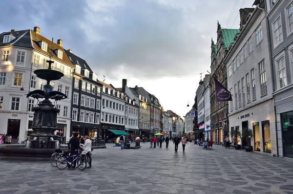 Phố Strøget, Copenhagen, Đan Mạch: Đây là một điểm tham quan nổi tiếng đông khách của khu Copenhagen cổ. Strøget là một trong những phố đi bộ mua sắm dài nhất châu Âu (1,1 km), với các tòa nhà cổ kính, không gian rộng rãi, khoáng đạt. Ảnh: Noodlesricedumpling.