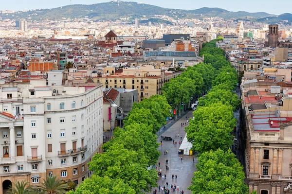 Phố La Rambla, Barcelona, Tây Ban Nha: Với hàng cây xanh mướt trải dọc phố, La Rambla là tuyến đường đi bộ nhộn nhịp và sôi động nhất Barcelona. Phần lớn thời gian, lượng du khách ở đây còn đông hơn số người dân địa phương. La Rambla có nhiều cửa hàng, quán ăn, quán cà phê hấp dẫn dành cho du khách. Ảnh: Touropia.
