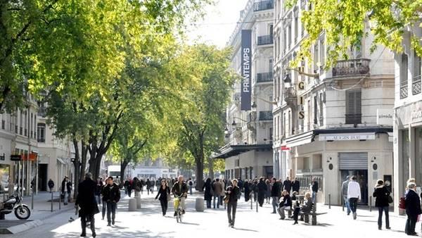 Phố République, Lyon, Pháp: Con phố mua sắm chính của Lyon thu hút du khách không chỉ nhờ những cửa hàng phong phú, mà còn do vẻ đẹp của các tòa nhà, hàng cây xanh mướt. Ảnh: Uefa.