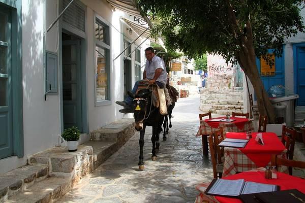 Phố trên đảo Hydra, Hy Lạp: Hòn đảo nghỉ dưỡng xinh đẹp này của Hy Lạp có diện tích khoảng 50 km2, với dân số 3.000 người, và hoàn toàn vắng bóng các phương tiện có động cơ. Du khách có thể tản bộ trên những con đường nhỏ tuyệt đẹp đầy hoa, hay ngồi uống cà phê ven phố. Ảnh: Airstreamvoyages.