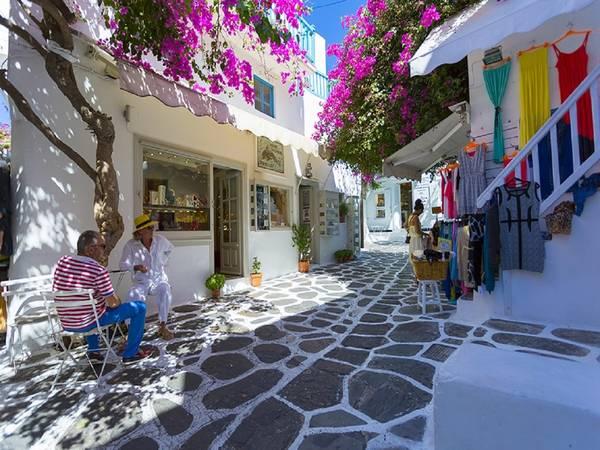 Phố Matoyoanni, đảo Mykonos, Hy Lạp: Có thể nói đây là con phố nổi tiếng nhất đảo Mykonos, nơi tập trung các cửa hàng và có nhiều hoạt động về đêm. Bạn có thể thỏa thích mua sắm quần áo, phụ kiện, trang sức, các tác phẩm nghệ thuật... và thưởng thức cà phê dưới bóng cây. Ảnh: Visit-greece.