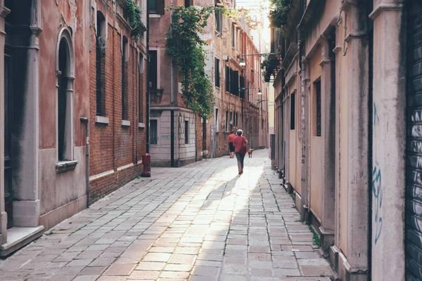 Các con phố ở Venice, Italy: Toàn bộ đường phố của thành cổ Venice đều vắng bóng xe cộ. Du khách chỉ có thể đi lại bằng thuyền hoặc tản bộ giữa những con phố cổ kính, thâm trầm, chứa đựng trong mình các câu chuyện lịch sử huyền bí. Ảnh: Passionpassport.