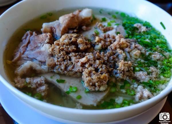 Ngoài ra các bạn có thể thử món hủ tíu thịt bằm. Giá các món ăn này chỉ dao động từ 20.000-25.000 đồng.