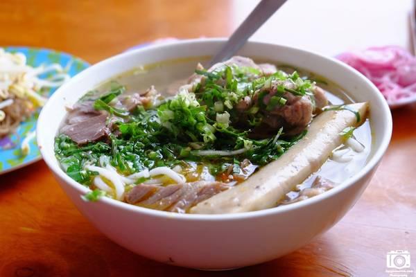 Bún bò là món ăn bán rất nhiều trong các cửa hàng ăn sáng ở Bảo Lộc. Chúng tôi ăn trong một quán trên đường Hà Giang, con đường tập trung rất đông quán ăn và quán nhậu vào buổi tối.
