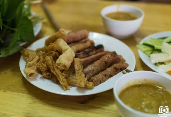 Khi chạy qua khu vực quảng trường thành phố, tôi bắt gặp khá nhiều quán bán nem nướng kiểu nem nướng Nha Trang. Tôi chỉ thấy món ăn này ở mức khá chứ không quá xuất sắc như nem nướng Dran hay nem nướng Ninh Hoà.