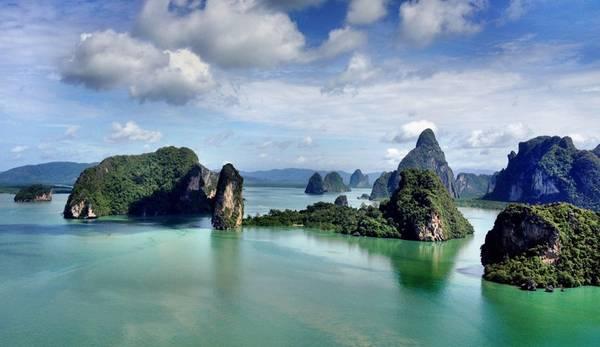 Phang Nga : Đặc biệt nổi tiếng trong giới yêu thích đảo đá vôi, vịnh Phang Nga là thiên đường, với khoảng 40 hòn đảo lớn nhỏ sở hữu các cột đá vôi đủ hình thù kì dị, thậm chí cao tới 400 m. Với những ai yêu thích điệp viên 007, vịnh Phang Nga còn là điểm đến lý tưởng bởi lẽ bối cảnh một trong các bộ phim về James Bond được quay tại Ko Tapu, hiện còn được gọi là đảo James Bond. Ảnh: Aleenta.