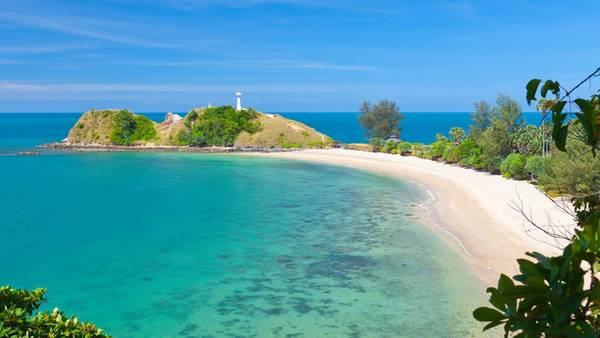 """Koh Lanta: Hòn đảo có cái tên mang ý nghĩa """"Hòn đảo sở hữu bãi biển dài"""" là địa điểm còn giữ nguyên nét hấp dẫn tự nhiên. Tuy vậy, nơi đây đang dần được biết đến nhiều hơn với du khách. Để đáp ứng nhu cầu, khu vực tây bắc đảo đã trở thành một trung tâm du lịch sầm uất, với ánh đèn neon, tiệm xăm mình và các cửa hàng may đo. Bạn vẫn có thể đến gần thiên nhiên nơi đây khi hòa mình vào làn nước biển trong xanh hay đến thăm công viên quốc gia tại vịnh Waterfall, vịnh Bamboo. Ảnh: travels.kilroy."""
