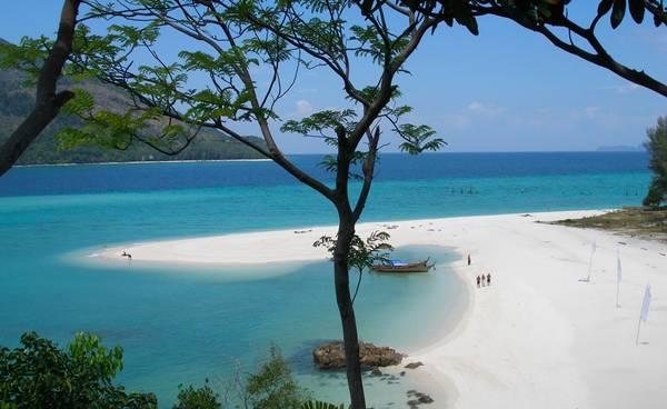 Ko Lipe: Là nơi cư ngụ của những người du mục vùng biển, Ko Lipe tọa lạc tại quần đảo Adang-Rawi, Tây Nam Thái Lan. Đây là một hòn đảo nhỏ, nơi du khách có thể tản bộ, thăm thú khắp nơi chỉ trong vòng khoảng 1 giờ đồng hồ. Ngoài ra, Ko Lipe nằm kề bên công viên quốc gia Tarutao, do vậy, cũng được bảo vệ phần nào khỏi sự phát triển của xã hội hiện đại. Những bãi cát chính ở đây có rất nhiều lều cỏ, nhà nghỉ có điều hòa phù hợp cho mọi túi tiền. Ảnh: Wiki.