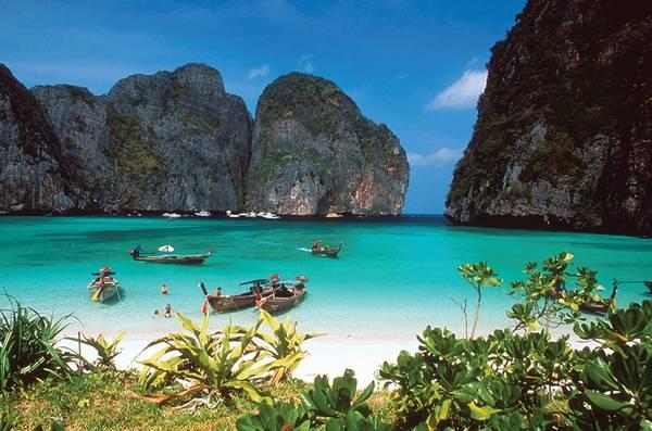 """Ko Phi Phi là một quần đảo nhỏ thuộc tỉnh Krabi. Trong đó, Ko Phi Phi Don là hòn đảo lớn nhất, cũng là nơi duy nhất có người định cư lâu dài. Ko Phi Phi Leh nhỏ bé hơn, lại nổi tiếng vì từng là bối cảnh cho bộ phim """"The Beach"""" do tài tử Leonardo DiCaprio đóng vai chính. Ko Phi Phi từng bị tàn phá nghiêm trọng trong trận sóng thần tháng 12/2014. Tuy nhiên, quần đảo đã hồi sinh và nhiều quy định được ban hành nhằm hạn chế chiều cao khách sạn, các tòa nhà khác nhằm lưu giữ vẻ đẹp tự nhiên nơi đây. Ảnh: foundtheworld."""