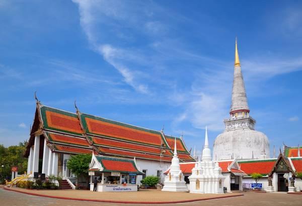 """Nakhon Si Thammarat là một trong những thành phố lâu đời nhất phía nam Thái Lan. Dù vậy, ngoài những khu phố cổ quyến rũ, nơi đây vẫn sở hữu một thị trấn """"hiện đại"""" nhưng không mấy nổi bật. Đây được xem là thủ đô của tôn giáo và thường tổ chức nhiều lễ hội náo nhiệt. Wat Phra Mahathat, ngôi đền cổ đã qua 1000 năm tuổi, là nơi lưu giữ xá lợi Phật Thích Ca trong hũ chedi lớn mang về từ Sri Lanka, nơi người ta tin rằng Đức Phật đã từng đặt chân qua trước khi đến Thái Lan. Do vậy, đây được xem là một địa điểm hành hương quan trọng của Phật tử Thái Lan. Ảnh: gbtimes."""