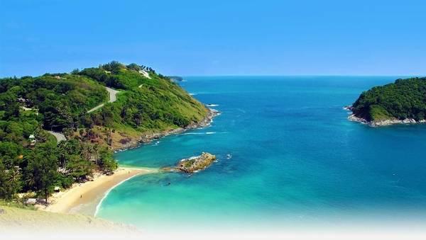Phuket: Giấc mơ về một thiên đường thư giãn miền nhiệt đới sẽ trở thành hiện thực tại Phuket. Có hình dạng tựa như một viên ngọc, rộng 21 km, dài 48km, Phuket cũng là hòn đảo lớn nhất của Thái Lan. Đây là nơi của những đồi núi xanh mướt, rặng dừa, đồn điền cao su và tất nhiên những bãi biển mê hồn. Ảnh: transasiavacation.