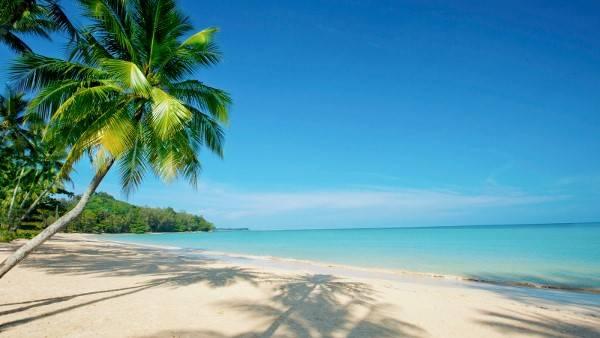 Bãi Khaolak thuộc biển Andaman chỉ cách sân bay Phuket 80 km về phía bắc. Có khá nhiều bãi biển kéo dài từ Phuket đến Takuapa, như bãi Thai Muang, bãi Bangieng, bãi Khaolak và bãi Bangsak. Tuy nhiên, bãi Khaolak là nơi nổi tiếng nhất với du khách nhờ bãi biển sạch cát vàng. Nơi đây cũng thích hợp cho những ai muốn tìm một nơi vắng vẻ vì bãi rất yên tĩnh, không có các quán bar hay dịch vụ giải trí nào gần biển. Du khách cũng có thể đến Similan và Surin bằng tàu, khởi hành từ cảng Thap Lamu ở quận Thai Muang (30 phút từ bãi Khaolak). Ảnh: luxuryescapes.