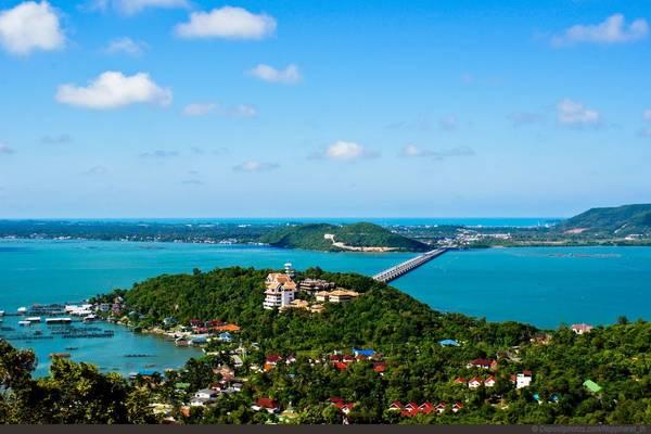 Songkhla: Cách thủ đô Bangkok 950 km, Songkhla phát triển đánh bắt hải sản, có bãi biển Samila đáng yêu và hồ Great SongKhla, nơi tọa lạc của công viên thủy cầm Khu Khut với140 loài chim khác nhau. Songkhla là một trong những thị trấn du lịch ven biển đẹp nhất phía nam với Hat Yai là trung tâm thương mại, giao lưu, giải trí chính, đặc biệt thu hút du khách đến từ Malaysia và Singapore. Ảnh: worldcompetes.