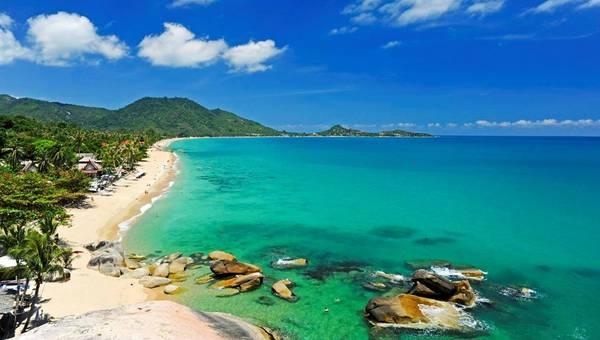 Đảo Koh Samui là một viên ngọc quý, nơi vẫn gìn giữ được sự dung dị, đơn giản. Hòn đảo được bao bọc bởi những bãi biển cát trắng, nước trong xanh. Bạn sẽ tận hưởng cảm giác được làm một Robinson thứ thiệt. Đây là hòn đảo lớn thứ ba Thái Lan, với rặng núi chạy xuyên suốt từ đông sang tây, băng qua những ngọn đồi xanh mướt. Màu xanh của các loại cây cối đôi khi còn được điểm xuyết bởi sắc xanh từ rặng dừa và những ruộng lúa non mơn mởn. Ảnh: getyourguide.