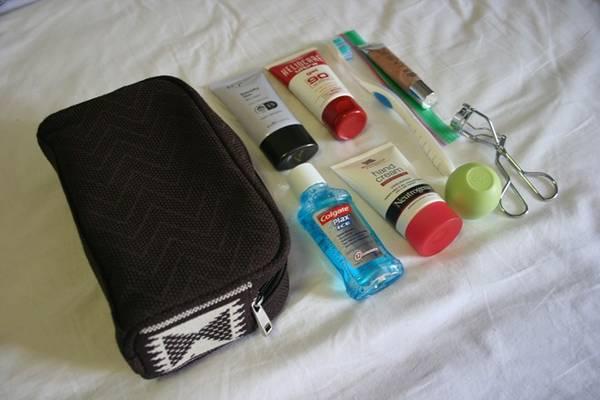 Các món đồ vệ sinh, mỹ phẩm cỡ nhỏ cũng không thể thiếu.