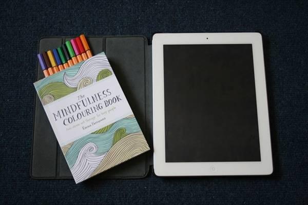 Máy tính bảng, sách tô màu là các vật dụng giải trí hữu ích.
