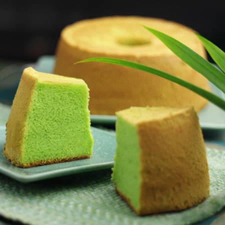Món bánh bông lan lá dứa mềm mịn và không quá ngọt nổi tiếng ở Singapore. Ảnh: Bengawansolo.com.