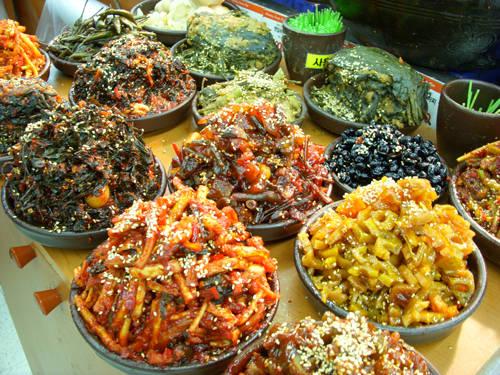 Người Hàn Quốc rất yêu thích kim chi và đây cũng là món không thể thiếu trong mọi bữa ăn của họ. Nếu bạn nghĩ mình biết các loại kim chi thì có thể phải suy nghĩ lại, bởi có tất cả 250 loại kim chi khác nhau. Trong đó phổ biến nhất là kimchi cải thảo (paechu kimchi), kimchi củ cải (kakktugi), kim chi dưa leo (oi kimchi) và kimchi nước (kimchi Moul ).
