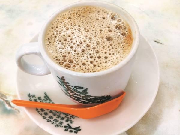 10. Thử cà phê trắng ở Ipoh, Perak: Món cà phê này được dùng làm đồ uống chính thức ở hội chợ World Expo Thượng Hải 2010. Cà phê trắng là một phần lịch sử của Malaysia. Cuối triều đại nhà Thanh, người Hải Nam đến Nan Yang với công việc hứa hẹn ở các khu mỏ thiếc, nhưng cuối cùng lại chế biến ra loại cà phê trắng mịn và nhiều bọt này. Ảnh: Expatgo.