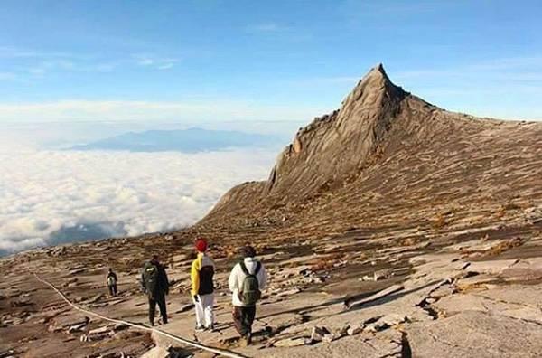 1. Chinh phục đỉnh Kinabalu ở Sabah: Kinabalu là đỉnh cao nhất của dãy Crocker Range ở Borneo, trung bình phải mất vài ngày để leo tới đỉnh. Du khách phải xin giấy phép leo núi trước hành trình do Sabah Park cấp, và số lượng giới hạn. Người Malaysia coi Kinabalu là đỉnh núi thiêng.