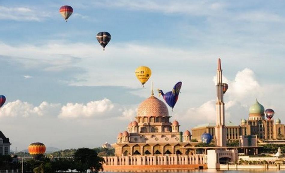 11. Bay trên khinh khí cầu ở Putrajaya: Lễ hội khinh khí cầu nóng quốc tế Putrajaya là lễ hội thường niên kéo dài 3 ngày vào tháng 3. Khinh khí cầu được bơm 2 lần/ngày vào lúc 7h và 18h. Ảnh: Blogspot.
