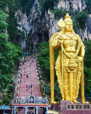 12. Hang Batu, Selangor: Đây là một địa danh quen thuộc ở Malaysia. Cách dễ nhất để đến hang Batu là đi tàu KTM Commuter từ KL Sental, mất chưa đến 20 phút. Du khách không nên tự lái xe vì rất hay tắc đường.