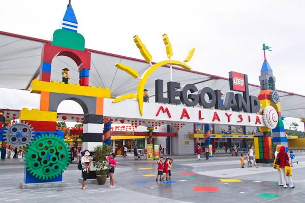 13. Đưa trẻ tới Legoland ở Johoh: Nằm ở Iskandar Puteri, Johor, đây là khu nghỉ dưỡng Legoland đầu tiên ở châu Á từ năm 2012. Ở đây có 2 khu chính là công viên giải trí và công viên nước. Du khách có thể tiết kiệm tiền bằng cách mua vé combo qua mạng. Ảnh: Malaysiaonline.