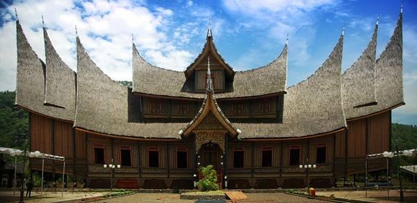 15. Chiêm ngưỡng kiến trúc Minangkabau ở Negeri Sembilan: Kiến trúc ở đây do người dân từ vùng núi tây Sumatra di cư đến và xây dựng. Từ năm 2009, Astana Besar Seri Menanti được xếp vào danh sách 10 kiến trúc lịch sử, di sản quốc gia Malaysia. Ảnh: Ronistour.