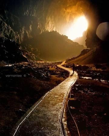2. Hang Mulu ở Sarawak: Hang nằm tại công viên quốc gia Gunung, là một trong những hang lớn nhất thế giới được UNESCO công nhận là Di sản thế giới. Tour đến Mulu qua đường mòn The Headhunter cần thông qua một công ty du lịch được cấp phép.