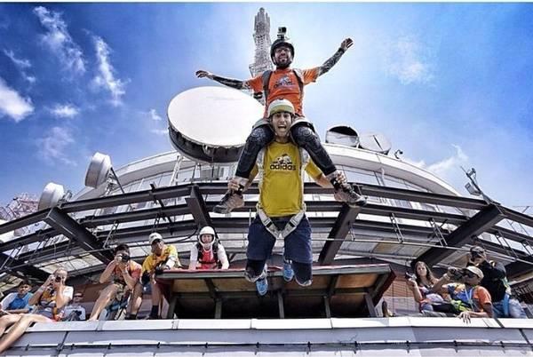 3. Nhảy dù mạo hiểm BASE jumping ở tháp Kuala Lumpur: Một sự kiện dành cho bộ môn thể thao nhảy dù mạo hiểm kéo dài 4 ngày có tên KL Tower International Jump Malaysia được tổ chức thường niên vào tháng 9 hoặc tháng 10. Hàng trăm vận động viên nhảy dù từ 20 quốc gia đổ đến đây để tranh tài.