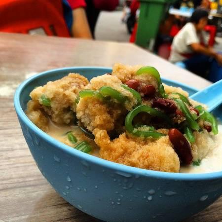 4. Ẩm thực ở Penang: Penang từ lâu được coi là một trong những địa danh ẩm thực hàng đầu thế giới. Món ăn đặc trưng ở đây là Char Koey Teow, và ngon nhất là ở Siam Road gần khúc giao với Anson Road. Thuê xe đạp để khám phá Penang cũng là một hoạt động thú vị.