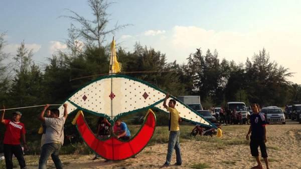 6.Thả diều ở Kelantan: Wau Puyuh là con diều khổng lồ ở bang Kelantan. Vào cuối tháng 5, đầu tháng 6, du khách đến Kelantan sẽ choáng ngợp bởi những con diều sặc sỡ trên bầu trời. Lễ hội diều quốc tế Kelantan được tổ chức hàng năm, kéo dài 5 ngày tại bãi biển Gating, Tumpat. Ảnh: Youtube.