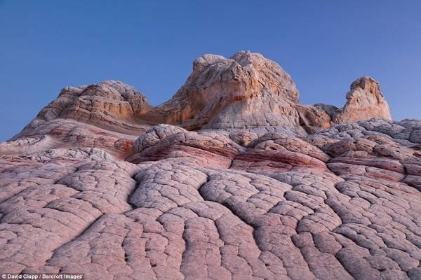 White Pocket với nền đất nứt nẻ khiến người xem có cảm tưởng như đang ở trên sao Hỏa.