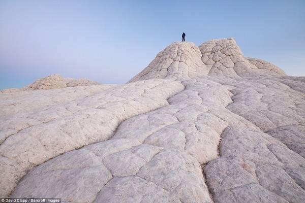 David Clapp đã tới nhiều nơi như Arizona, Utah, Nevada và New Mexico. Trong ảnh, một người đứng trên các tảng đá ở White Pocket, Arizona.