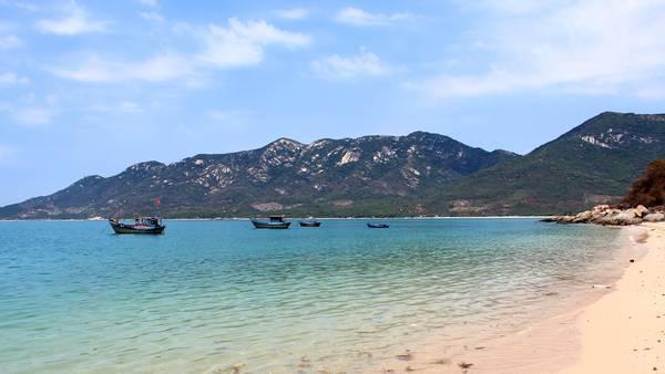 Ninh Vân được bán đảo Hòn Hèo bao bọc nên quanh năm đều êm sóng. Ảnh: Kua