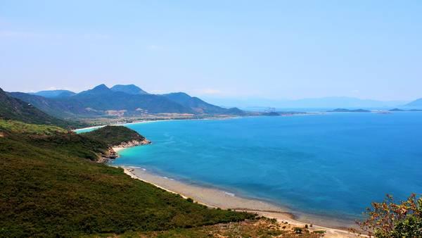 Thế núi ở Ninh Vân như một con chim đại bàng khổng lồ sải cánh trên mặt biển. Ảnh: Kua