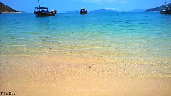 Biển êm sóng, nước trong vắt đã tạo nên một Ninh Vân đẹp như thiên đường. Ảnh: Tiểu Duy