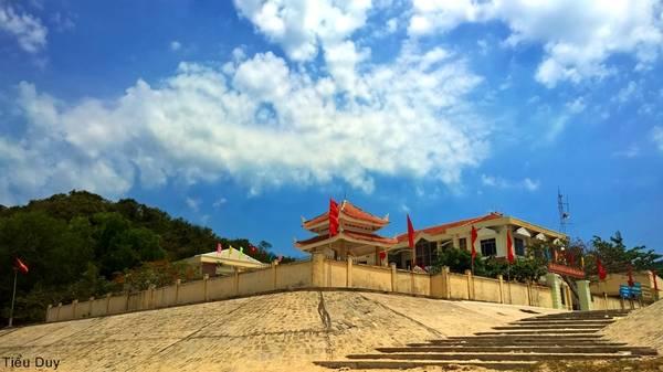 Ủy ban nhân dân xã Ninh Vân và bia tưởng niệm các anh hùng liệt sỹ. Ảnh: Tiểu Duy